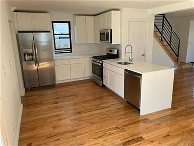 $1300 : Great 3 bedroom home available image 2
