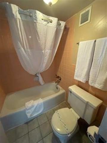 Howard Johnsons Inn image 3