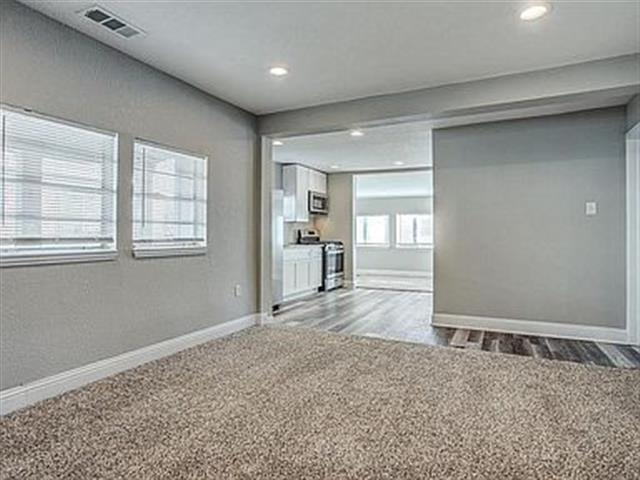 $2000 : 3 spacious bedrooms and 2 image 3